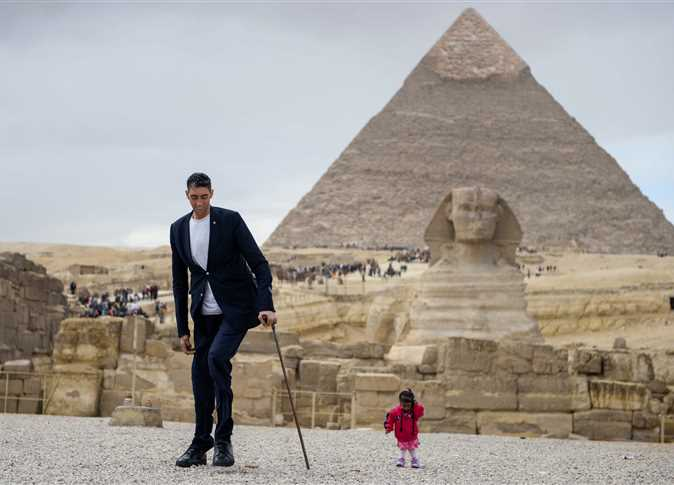 World's tallest man and shortest woman hang out at Pyramids